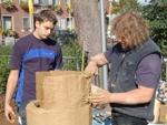 Zwei Schmiede formen einen Rennofen aus Lehm©Stadt Friesoythe