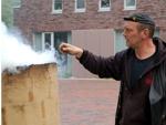Ein Schmied vor einem rauchenden Rennofen©Stadt Friesoythe